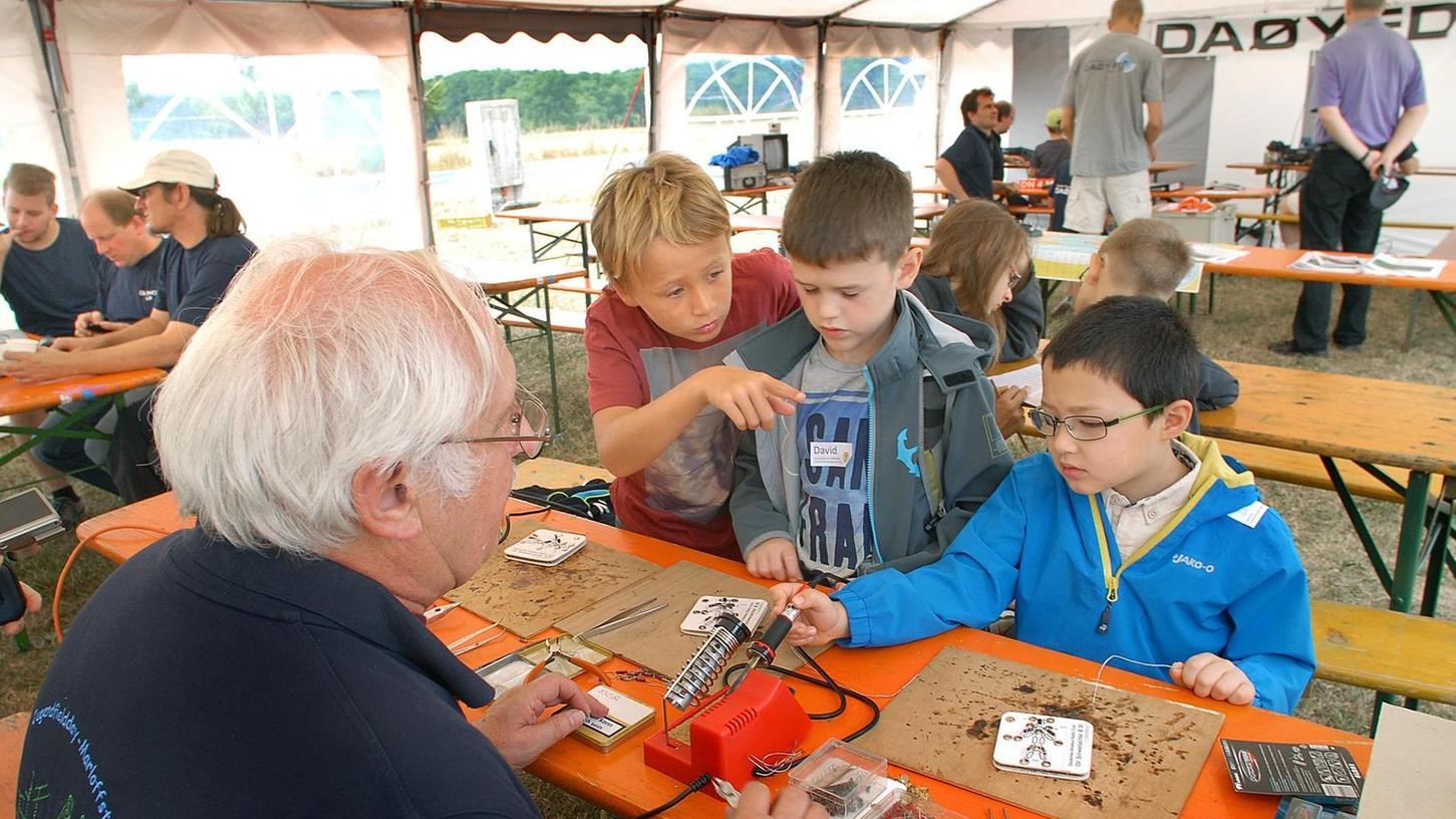 Die Kinder durften unter Anleitung selbst Schaltungen zusammenlöten und erfuhren danach, wie man richtig Morsebotschaften absetzt und funkt.
