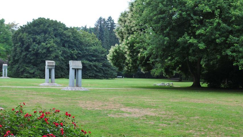 Links ist der japanische Schnurbaum zu sehen.