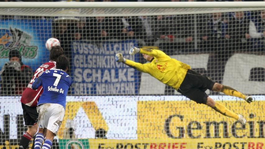 Raphael Schäfer streckt sich vergebens: Der Last-Minute-Siegtreffer des eingewechselten Julian Draxler in der zweiten Hälfte der Verlängerung bedeutete das Pokal-Aus des FCN im Viertelfinale. Und dies, als sich die meisten Akteure bereits auf ein Elfmeterschießen eingerichtet hatten.