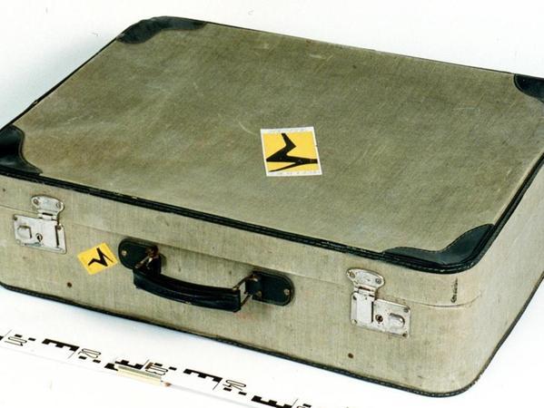 Diesen Koffer ließ der Unbekannte nach seiner Tat im Laden an der Gärtnerstraße stehen.