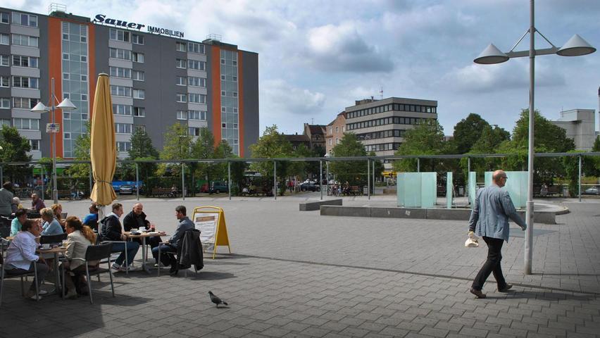 Für Fußgänger bietet der Leipziger Platz heute reichlich freies Pflaster – der Brunnen wirkt eher unscheinbar. Mehr über diesen Platz erfahren Sie hier.