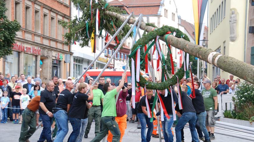 Aufstellen des Kirchweihbaums am Zirndorfer Marktplatz durch Feuerwehr und  Kaerwaburschen