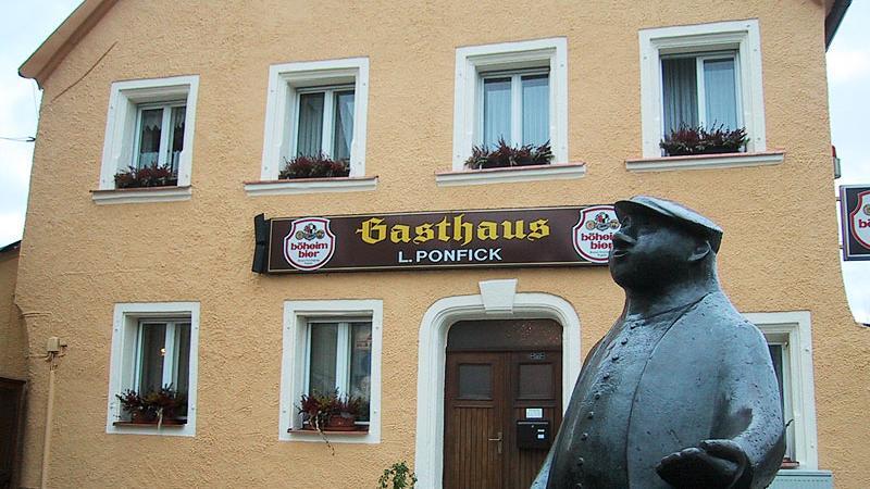 Unmittelbar beim Schweinehirten-Denkmal  am Unteren Markt in Pegnitz findet sich das Traditionslokal
