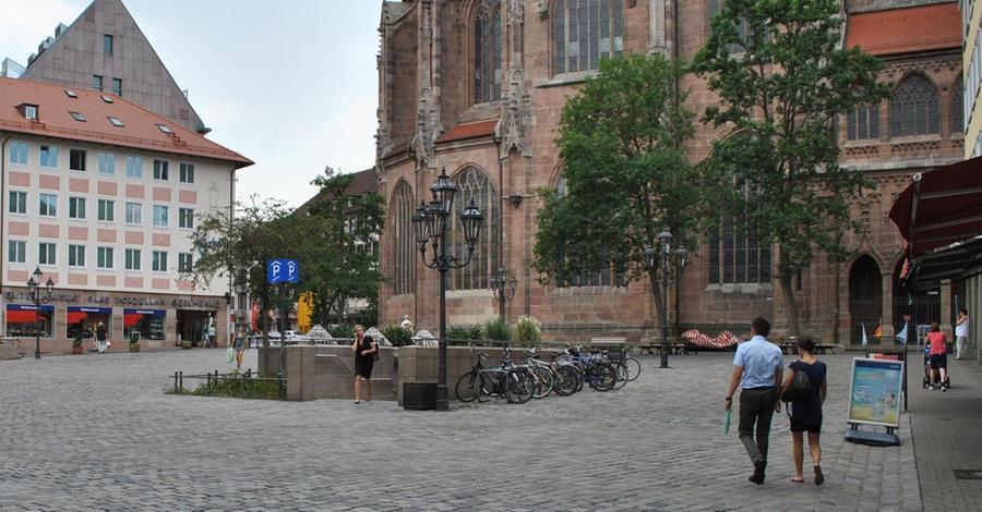 Der Lorenzer Platz umschließt das hochgotische Gotteshaus. Nach der Zerstörung im Zweiten Weltkrieg wurde die Kirche innerhalb von sechs Jahren wieder aufgebaut. Heute sorgt sie für Ambiente am Platz und spendet im Sommer Schatten. Mehr über diesen Platz erfahren Sie hier.