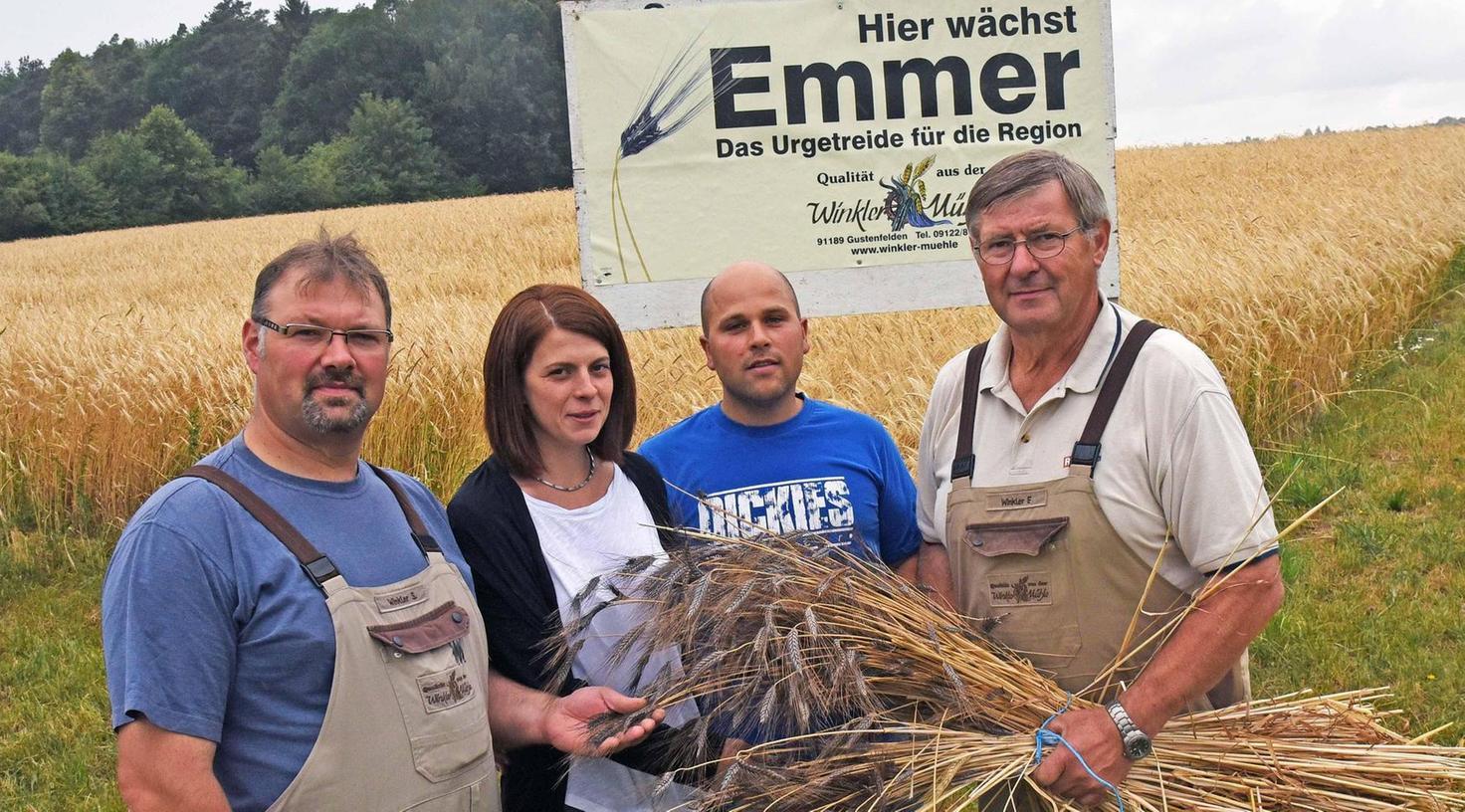 Kurz vor der Ernte am Emmer-Feld (von links): Mühlen-Chef Stefan Winkler, das Landwirtsehepaar Annika und Wolfgang Maier und Seniorchef Fritz Winkler.