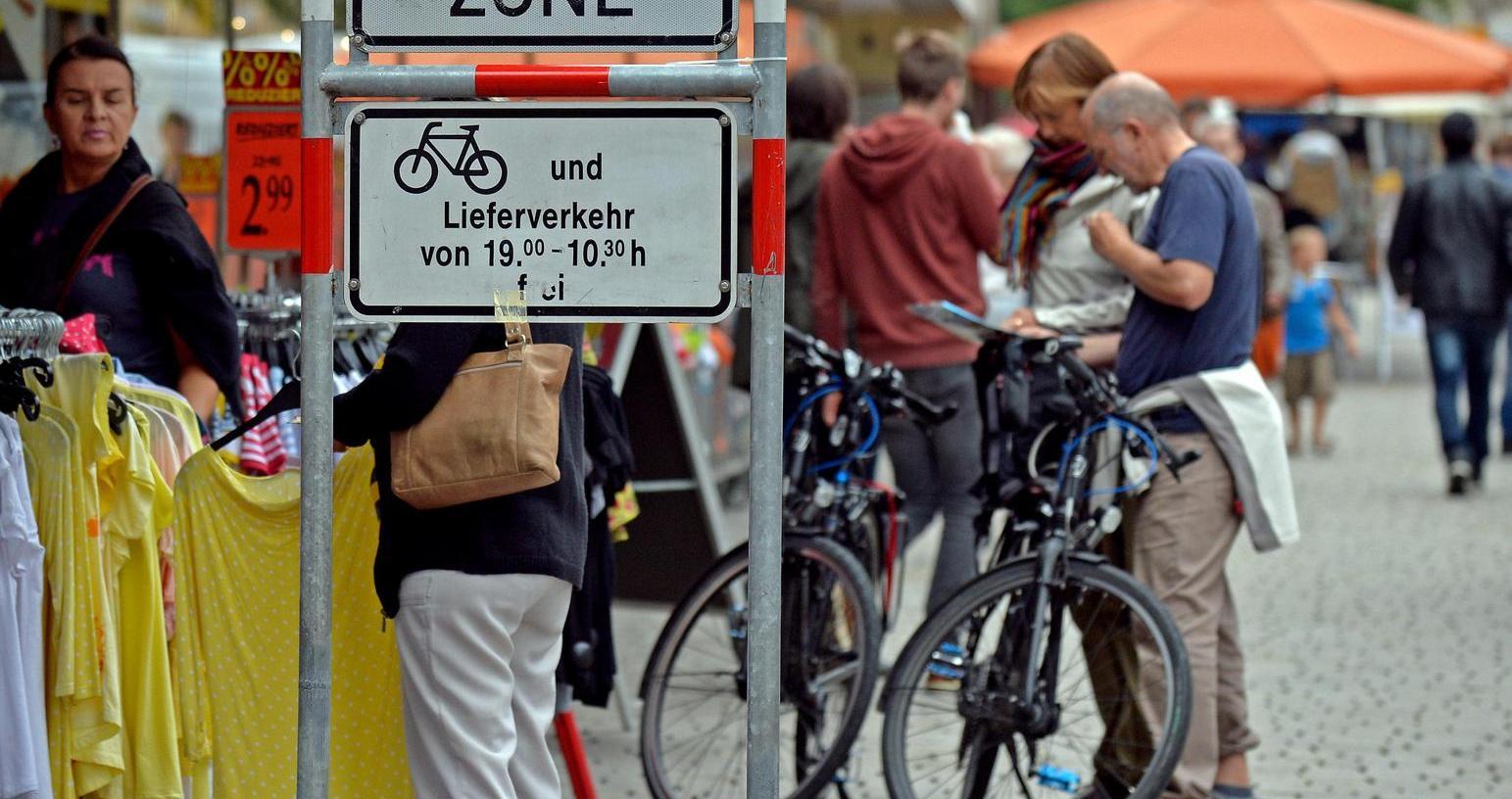 Meist friedlich bewegen sich Radler und Fußgänger nebeneinander her. Die Polizei muss kaum einschreiten, Unfälle sind die Ausnahme.