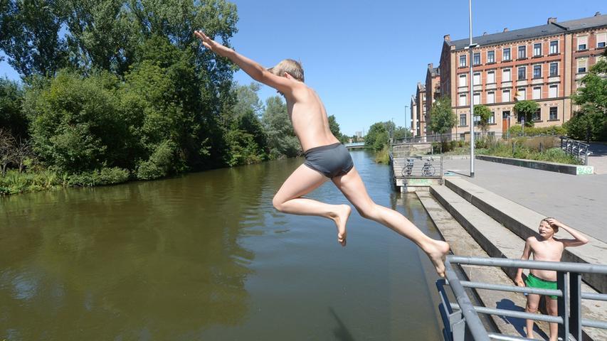 Viele können nicht widerstehen - aber eigentlich ist das Baden in der Rednitz wegen der zu schlechten Wasserqualität nicht erlaubt.