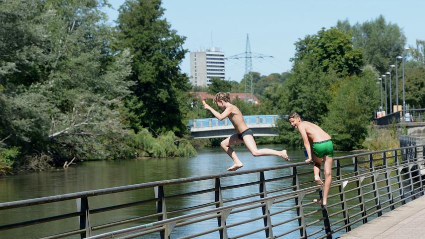 Trotzdem sieht man regelmäßig junge und nicht mehr so junge Menschen in den Fluss springen.