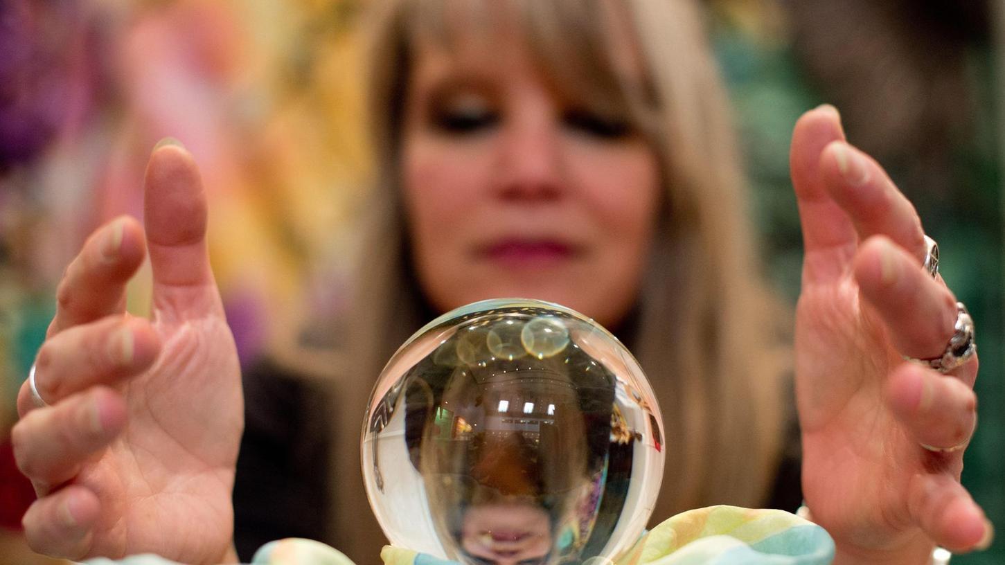 Seit jeher würden die Menschen gerne wissen, was die Zukunft ihnen bringt. Wahrsagerinnen versprechen, es durch einen Blick in die Kristallkugel vorherzusehen.