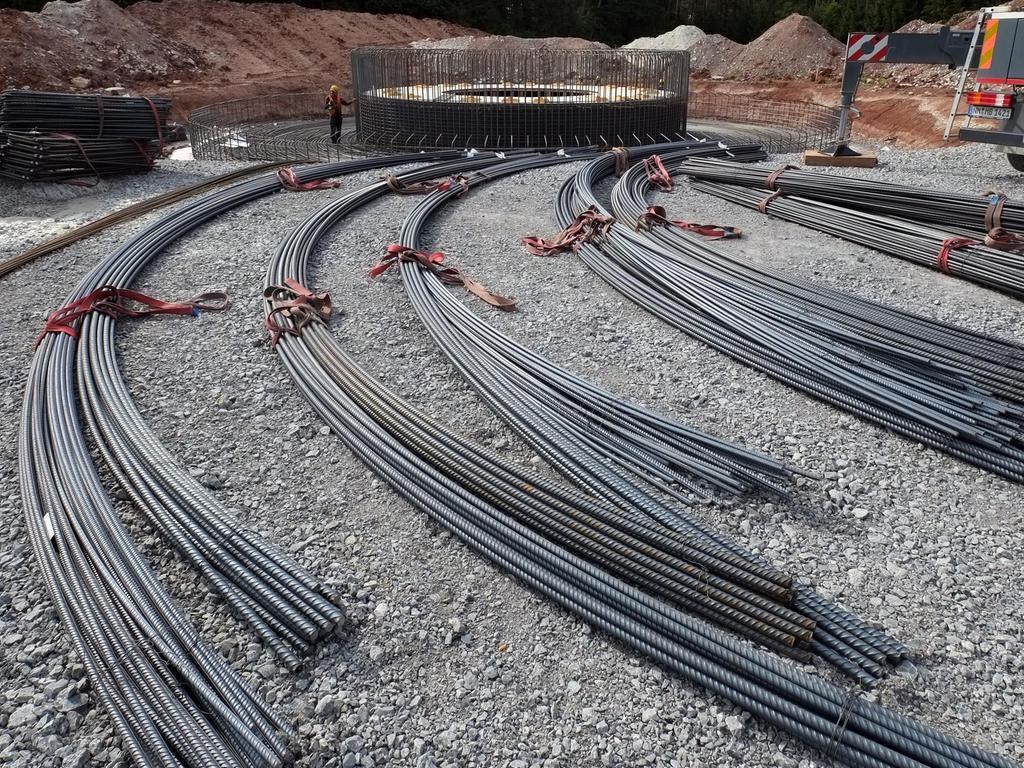Arbeiter sind damit beschäftigt, die Armierung für das Fundament Stück für Stück aufzustellen.