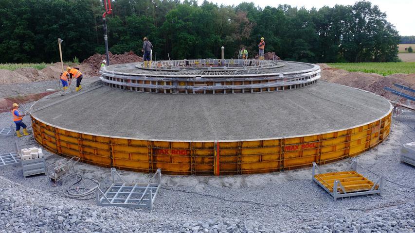 August 2015, Windrad 3: Hier ist der Beton bereits fast vollständig eingebracht. Noch ist die Schalung notwendig.