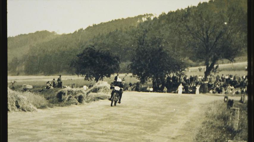 Der Rundkurs führte beim Rennen 1950 von Treuchtlingen über Dietfurt zur B2 und vor dort über die Schambachkreuzung (hier im Bild) zurück nach Treuchtlingen.