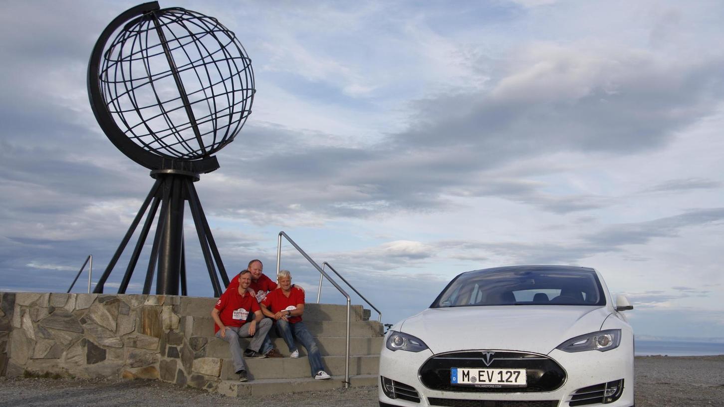 Geschafft: Nach 6425 Kilometer Fahrt durch Europa im Elektroauto Tesla sind Martin Wrobel, Frank Mischkowski aus Fürth und Michael Willberg (von links) am Nordkap angekommen.