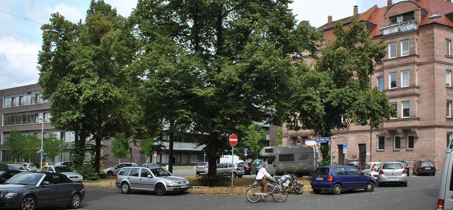 Trotz großem Namen ist der Platz mehr Kreisverkehr und Parkplatz als Aufenthaltsort. Mehr über diesen Platz erfahren Sie hier.