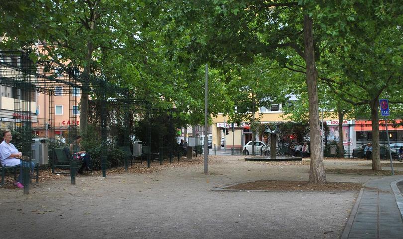 Die Bänke auf dem Platz in Wöhrd sind immer wieder besetzt. Unter dem grünen Efeu-Dach ruhen sich Passanten aus, lesen ein Buch oder betrachten den plätschernden Brunnen. Mehr über diesen Platz erfahren Sie hier.