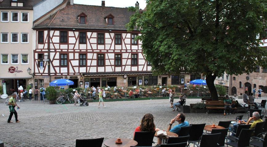 Nicht selten sind alle Plätze in den Cáfes am Tiergärtnertor belegt. Die Nürnberger lassen sich gerne auf dem Kopfsteinpflaster nieder und genießen den Feierabend. Mehr über diesen Platz erfahren Sie hier.