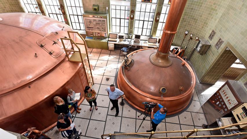 Das denkmalgeschützte Fabrikgebäude der ehemaligen Brauerei Humbser wird von OB Thomas Jung und Isabel Fürsattel (MIP) besichtigt.
