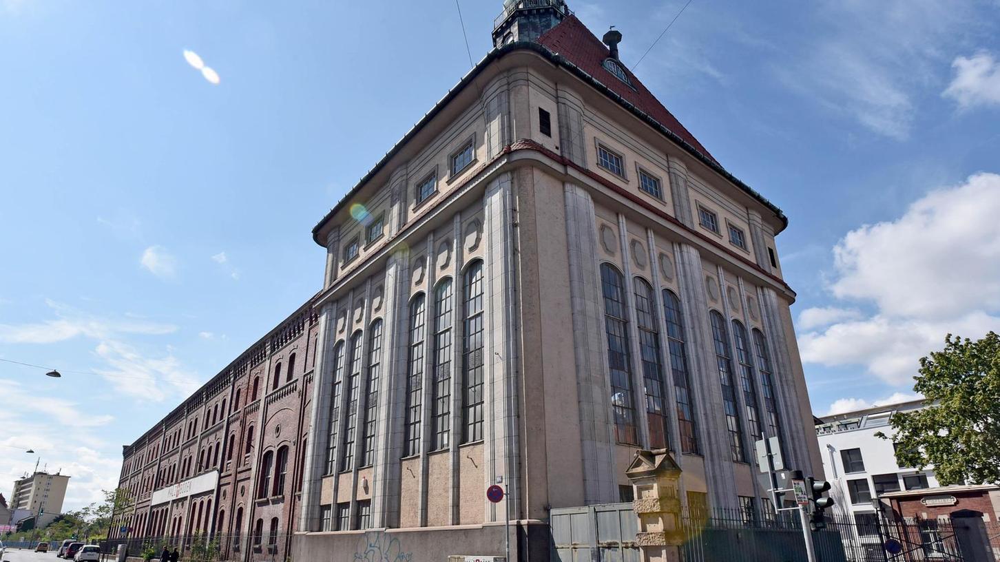 Das markante Sudhaus an der Schwabacher Straße (linkes Bild: im Vordergrund von außen, rechtes Bild: Blick von der Empore auf die großen Brauereikessel) könnte eines Tages ein höchst ungewöhnliches Jugendstilbrauhaus beherbergen.