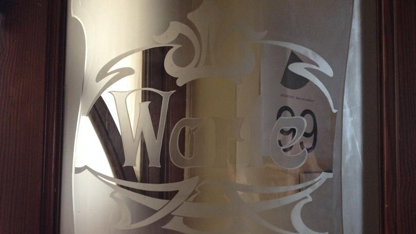 Doppelflügelige Glastür mit dem Schriftzug