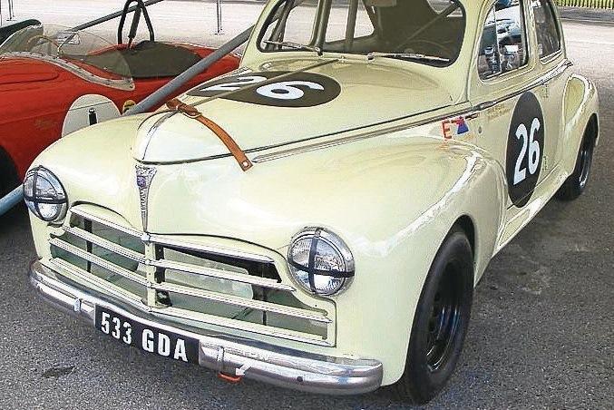 Der 1954 gebaute Wagen leistet schon stolze 60 PS und schafft 130 km/h.