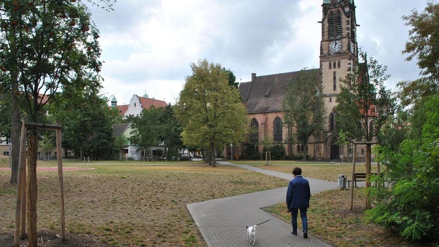 Bereits seit 1876 ist der Platz nach dem Bildhauer, Maler und Kupferstecher Veit Stoß benannt. Seit 2014 ist die zuvor heruntergekommene Anlage komplett umgestaltet worden. Mehr über diesen Platz erfahren Sie hier.