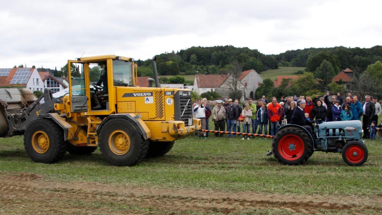 Beim Eichertreffen waren die Traktoren natürlich auch im Einsatz und mussten ihre Zugkraft an Radladern unter Beweis stellen.