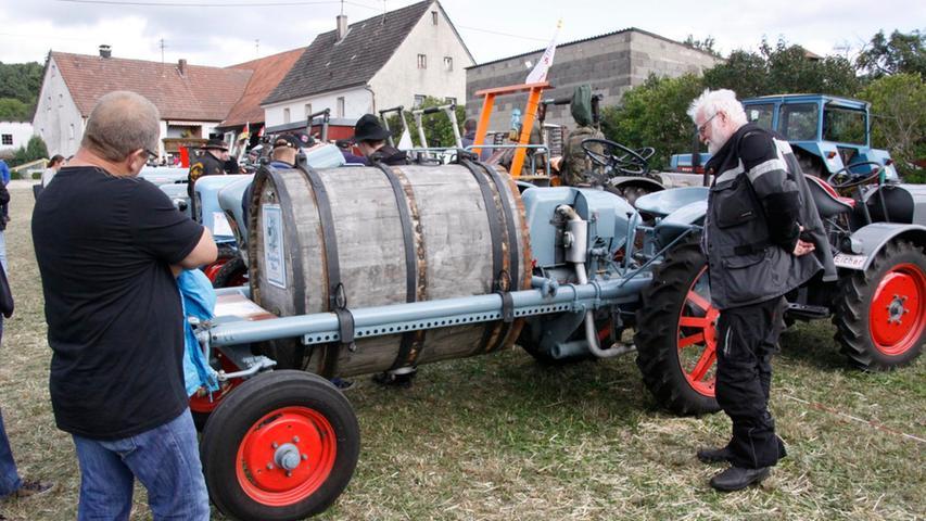 Ein Eicher-Lastenträger mit Bierfass.