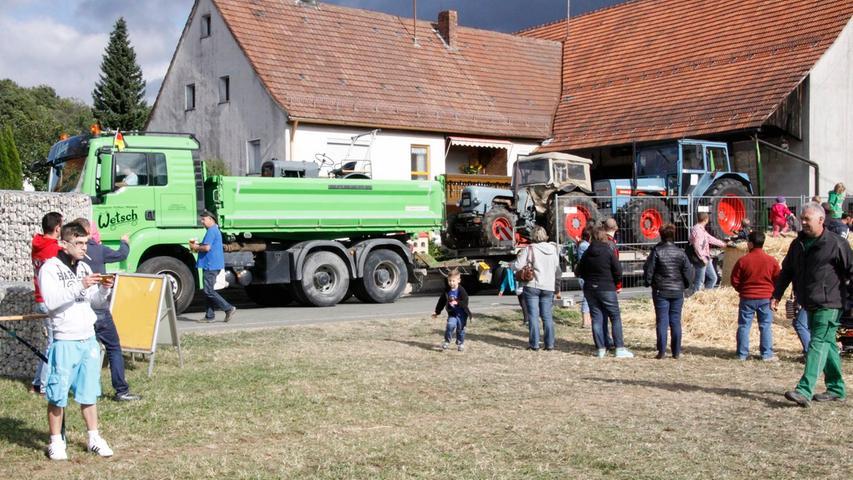 Ein Lkw mit Anhänger kam mit drei Eichertraktoren von Dinkelsbühl hierher.