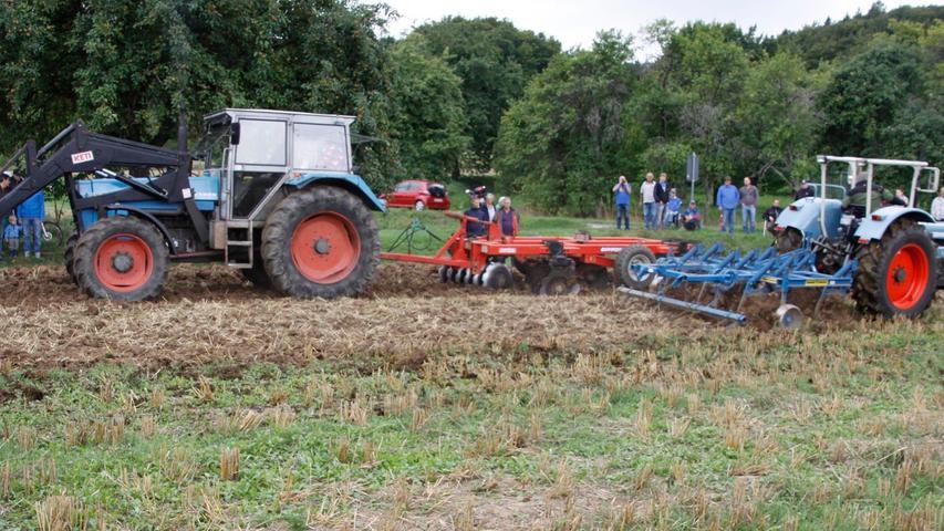 Feldvorführungen alter und junger Traktoren gehörten zum Programm.