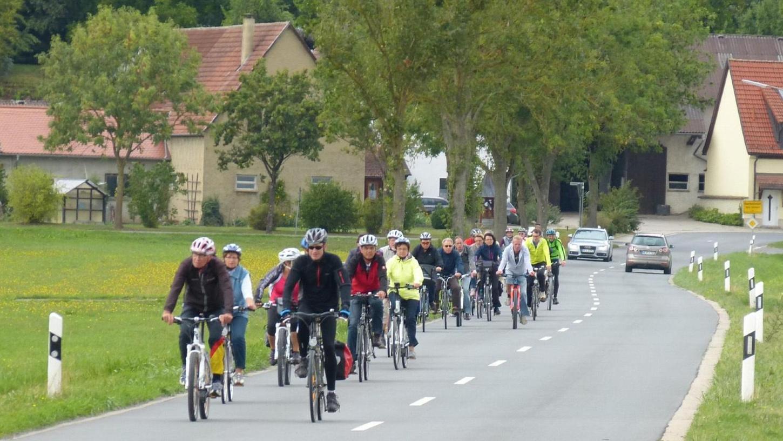 Los ging es in Höchstadt, unser Bild zeigt die Radler-Gruppe auf dem Weg nach Dachsbach. Foto: Christian Enz