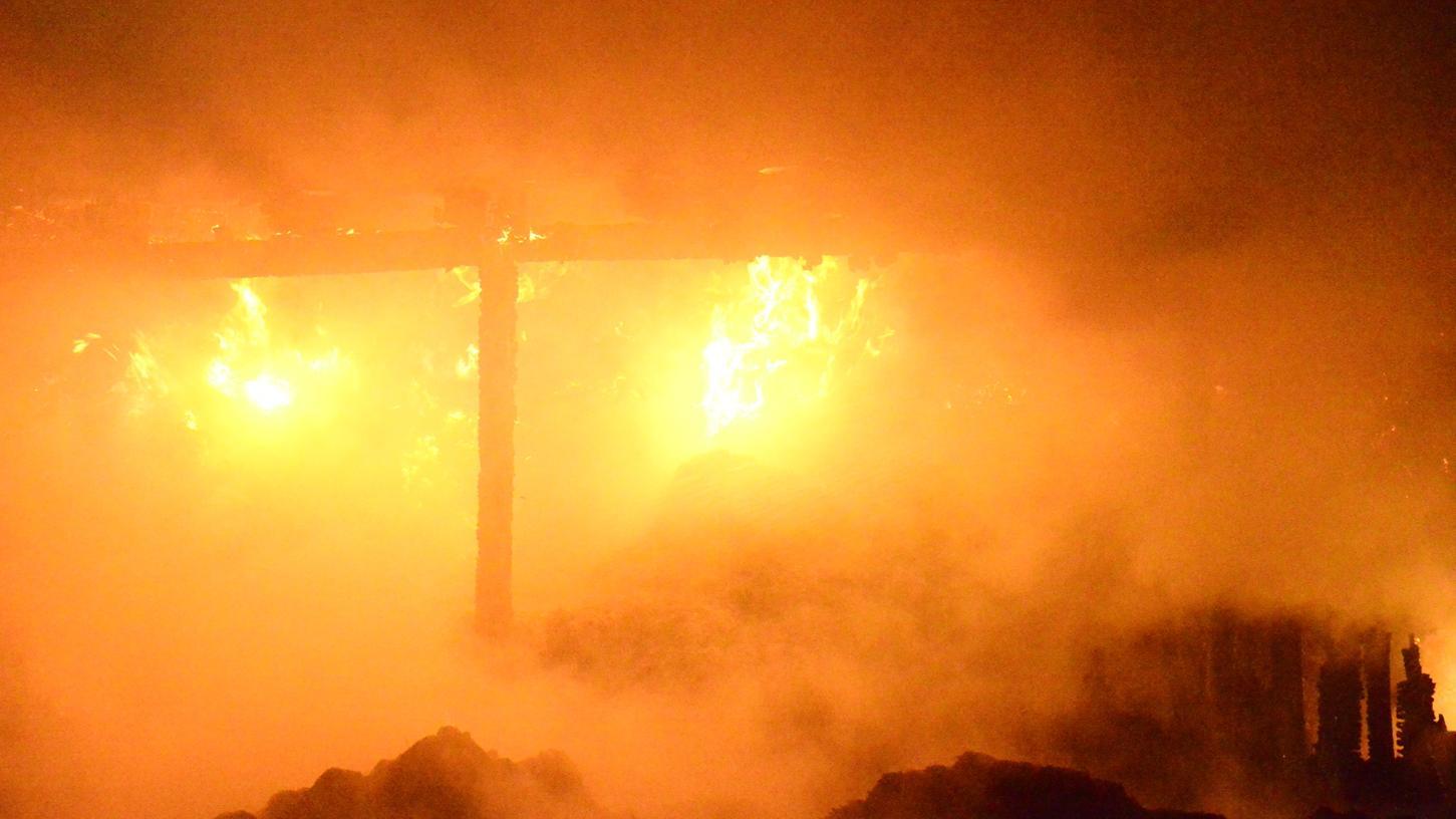 Die Feuerwehr konnte den Brand schnell kontrollieren und verhinderte dass die Flammen auf ein anderes Gebäude übergriffen.