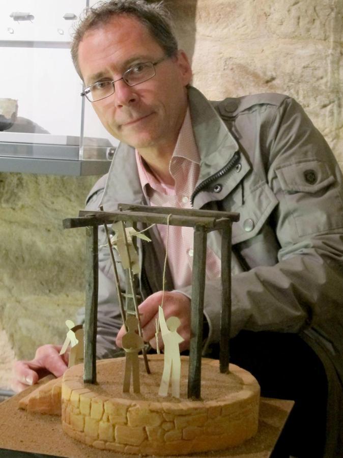 Archäologe Thomas Liebert vor dem Modell des Rabensteins. Auf dieser Richtstätte wurden die Todesurteile in Roßtal vollzogen.