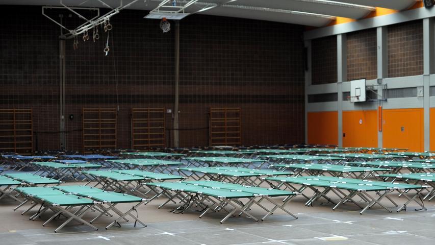 Motiv:Flüchtlingsunterkunft Europa-Sporthalle, Realschule am Europakanal,  Vorbereitung vor der Ankunft der Flüchtlinge m Samstag  12.09.2015....Datum:11.09.2015 ..Ressort: Erlangen..Foto: André De  Geare..