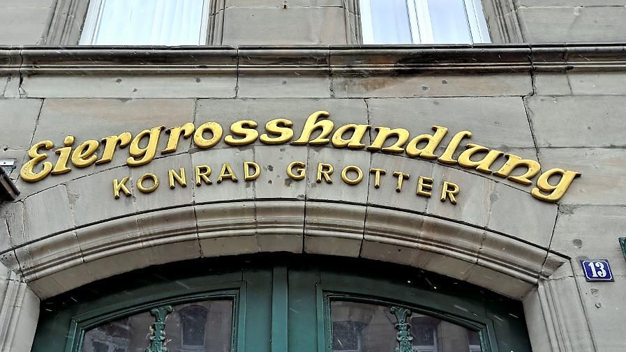 Mancher Hinweis auf das früher hier blühende Geschäftsleben, wie diese Goldlettern an der Sandsteinfassade in der Blumenstraße 13, finden sich auch heute noch.