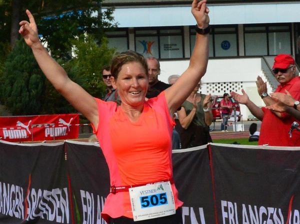 Eva Scheu freute sich nach zehn Kilometern über ihren unerwarteten Sieg im Hauptlauf.