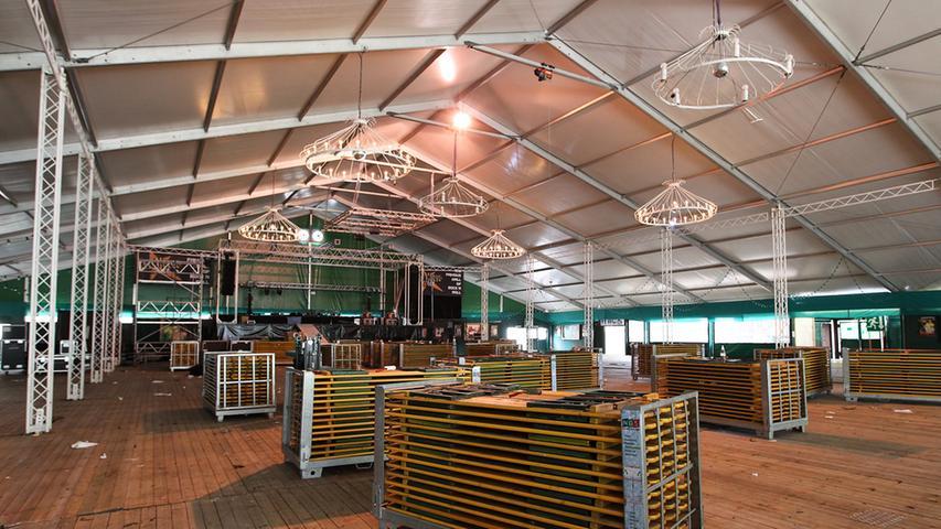 Ins Rock House Zelt am Nürnberger Volksfestplatz sollen vorübergehend  Flüchtlinge untergebracht werden; Flüchtlinge; Asyl..Foto (c) RALF RÖDEL / NN