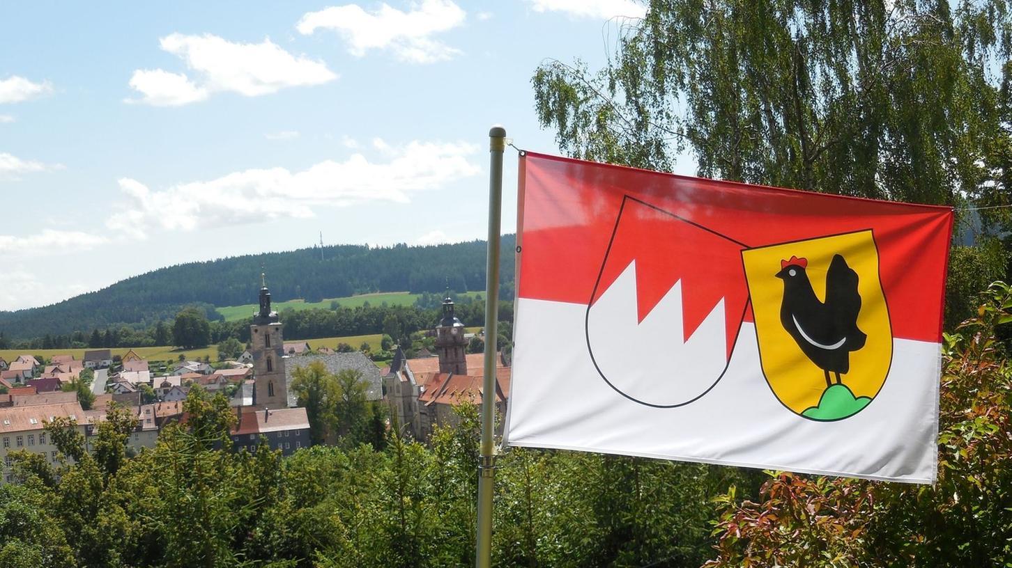 Schwarze Henne neben dem Rechen: Frankenfahne im Garten eines Privatmannes in Schleusingen im Landkreis Hildburghausen im südlichen Thüringen.