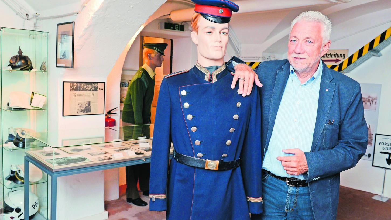 """Wilfried Dietsch mit einem """"Kollegen"""" von 1910. Die Uniform hat ein hiesiger Sammler dem Museum zur Verfügung gestellt. In diesem Raum wird die Fürther Polizeigeschichte dokumentiert."""