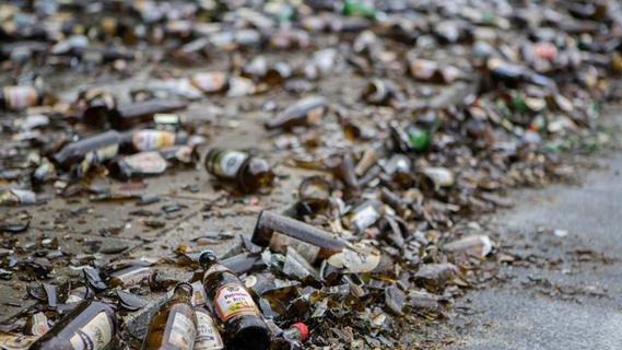 Palettenweise Getränkekisten zerbersten: Lkw verliert Ladung auf der A3