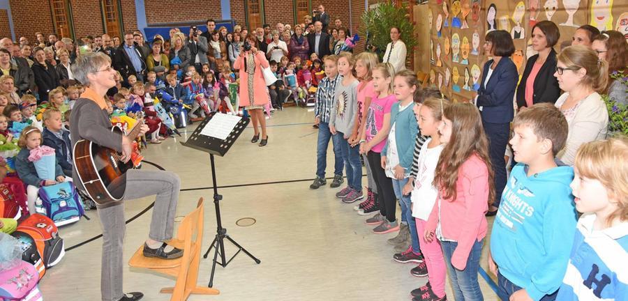 Ältere Schülerinnen und Schüler der Johannes-Helm-Schule begrüßten am 15. September 2015 die Erstklässler/-innen musikalisch.