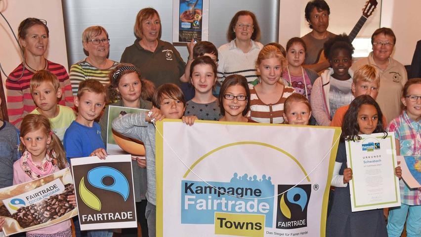 """Schwabach ist seit September 2015 offiziell """"Fairtrade-Town"""" – eine Stadt also, in der sich verschiedene Akteure um den fairen Handel verdient machen und so dafür Sorge tragen, dass Kleinbauern in Entwicklungs- und Schwellenländern für ihre Arbeit gerechten Lohn erhalten, der ein menschenwürdiges Leben ermöglicht. Auch Schülerinnen und Schüler der Christian-Maar-Schule (CMS) unterstützen mit Aktionen die Idee des """"fairen Handels"""". So trugen auch sie dazu bei, dass Schwabach diese Auszeichnung erhalten hat."""