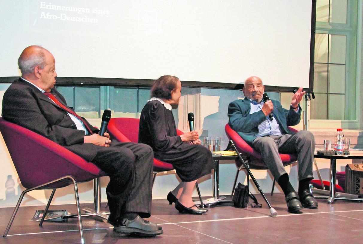 Im intensiven Gespräch: Die Zeitzeugen Gert Schramm, Marie Nejar und Theodor Michael (von links).