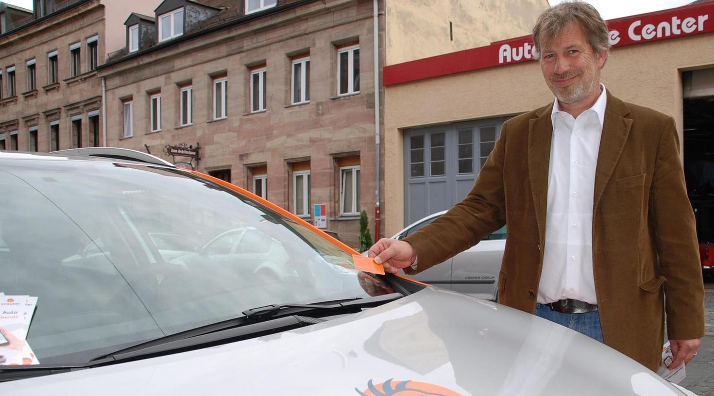 Carsharing-Anbieter Matthias Vondran zeigt, wie das Aufschließen der Autos per Chipkarte funktioniert.