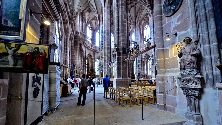 Und auch für die Innenausstattung der Kirche haben Geld und Einfluss keine unwesentliche Rolle gespielt: Die Seitenschiffe der Kirche wurden zwischen 1385 und 1430 erweitert - reiche Familien wie die Imhoffs, Fürers und Nützels wünschten sich für ihre Andachten Privatkapellen. Um diese anzubauen, brach man die Außenwand der Seitenschiffe auf und erweiterte die Mauern zu den Seiten hin.