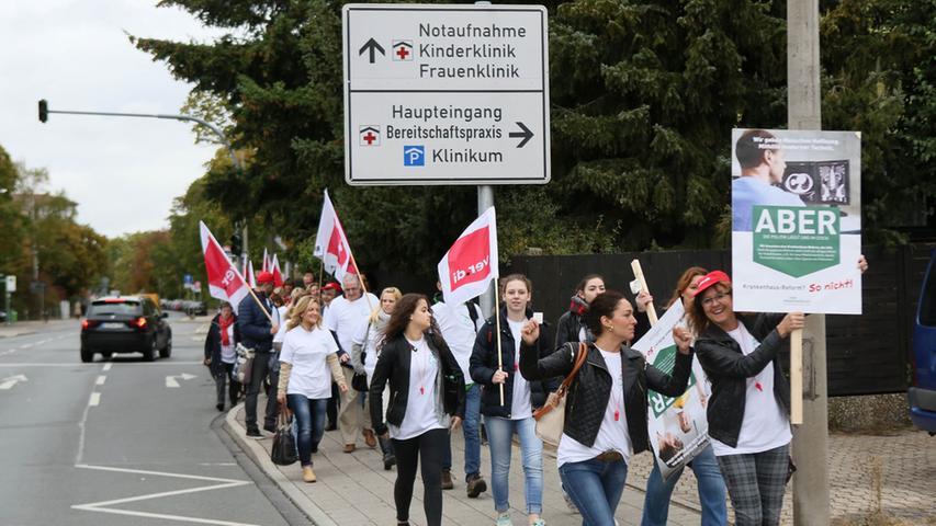 Demonstrationszug von rund 300 Mitarbeitern des Fürther Klinikums zur U-Bahn  auf dem Weg zur Großdemo nach Nürnberg. Dort werden lt. Polizei etwa 3.000  Demonstranten erwartet...Foto: Michael Müller..Abrechnung: Einzeltermin..