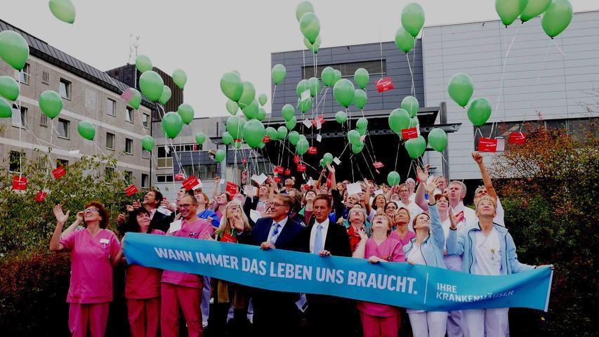 In erster Reihe mit den Mitarbeitern der Klinik Neustadt brachte Landrat Helmut Weiß mit Verwaltungsrätin Ursula Pfäfflin-Nefian sowie Klinikvorstand Stefan Schilling den Protest gegen weitere Kürzungen im Gesundheitswesen zum Ausdruck.