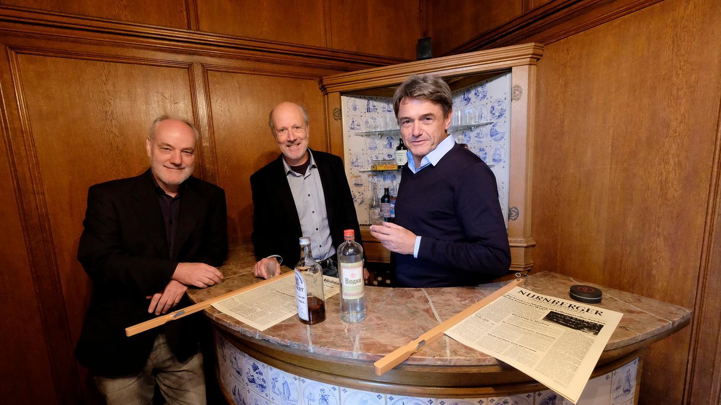 Am historischen Ort sieht man Wodka und Whiskey einträchtig in der Bar - Symbol für das enge Zusammenleben der Vertreter von Ost und West, die sich bald im Kalten Krieg zermürbten.