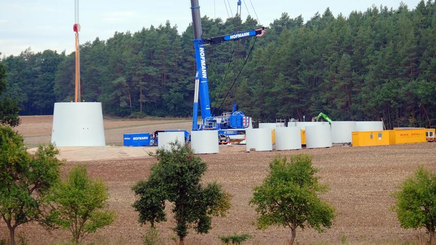Windrad 3, September 2015: Die ersten Betonringe werden übereinandergesetzt.