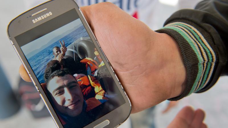 Das Smartphone ist das wichtigste Hilfmittel für Menschen auf der Flucht. Nun entwickeln Programmierer eine App für Flüchtlinge und Helfer.