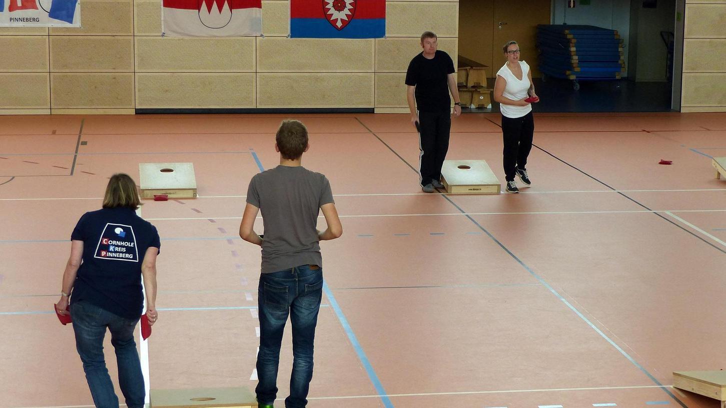 Zum ersten Franken Masters im German Cornhole, dem Werfen von quadratischen mit Maiskörnern gefüllten Säckchen, kamen die Teilnehmer von weit her in die Büchenbacher Turnhalle.